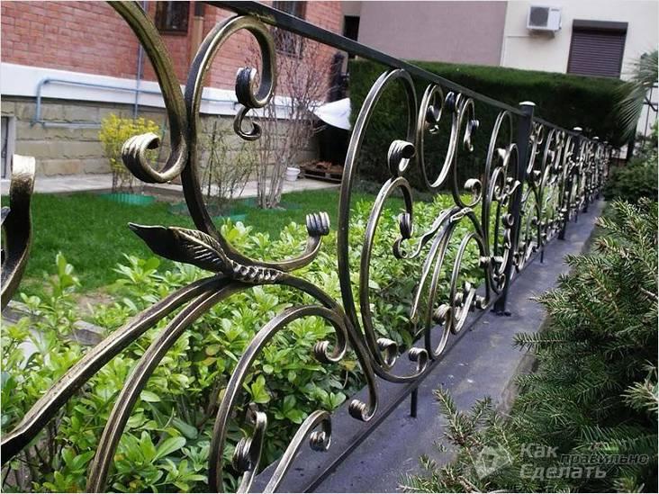 Металлическая кованая ограда