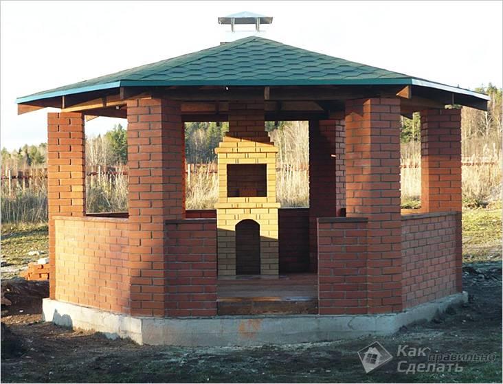Беседка построена из декоративного кирпича