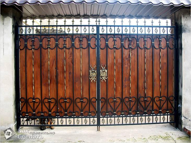 Кованые ворота распашные с деревянной обшивкой
