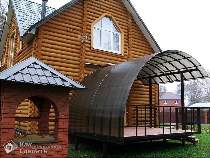 Навес у деревянного дома