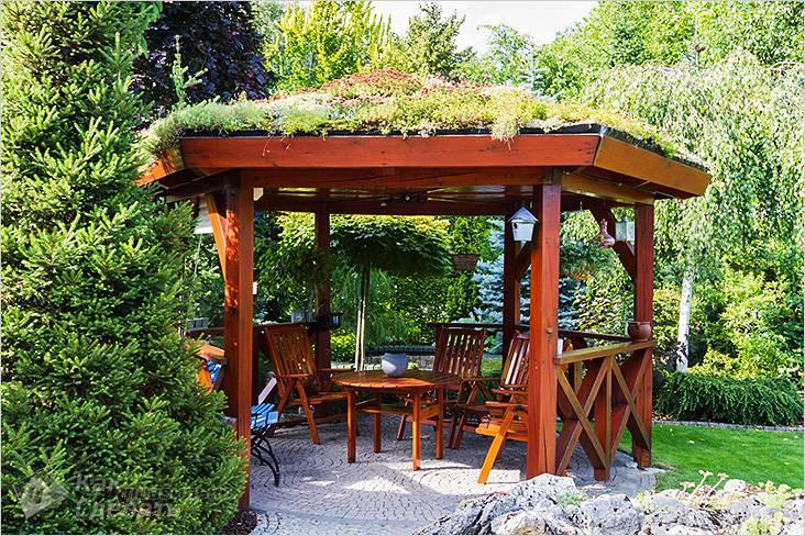 Шестигранная беседка с зеленой крышей