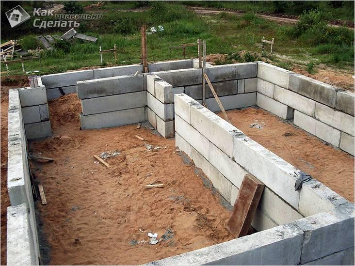 Цоколь из бетонных блоков