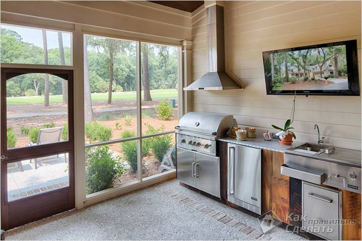 Закрытая кухня с панорамным остеклением