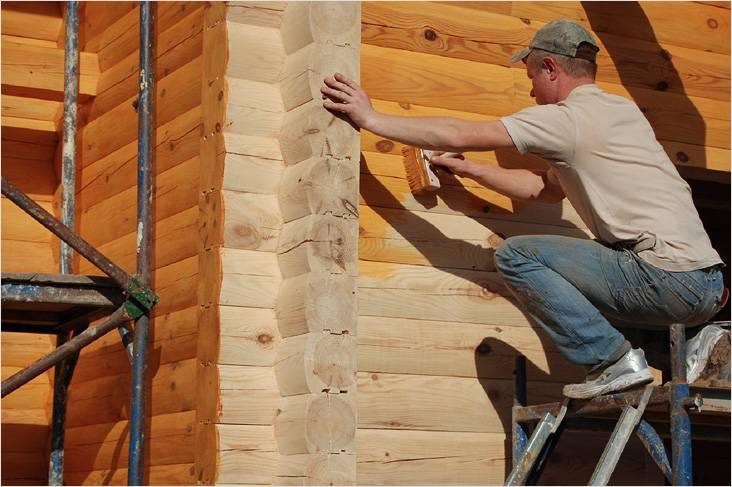 Сквозь лаковое покрытие просматривается структура древесины