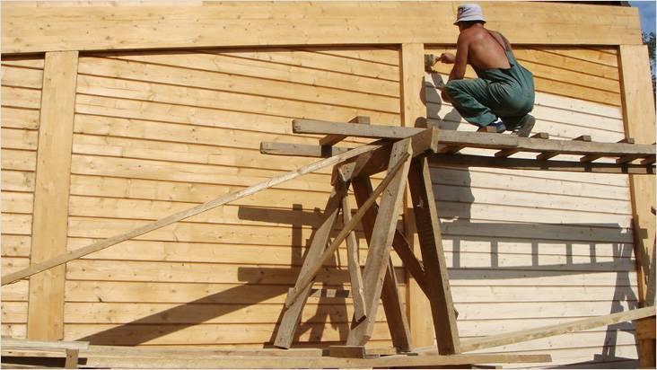 Лаки для дерева могут содержать компоненты, которые предохраняют древесину от воздействия окружающей среы