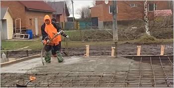 При заливке бетона его нужно  уплотнить