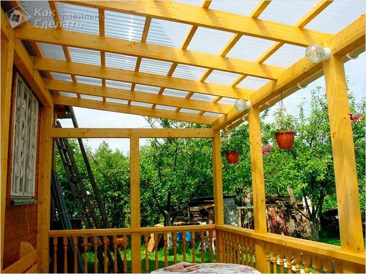 Деревянная веранда с крышей из поликарбоната