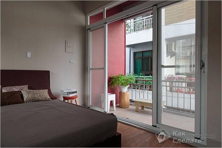 Небольшое количество простой мебели сделало балкон уютным