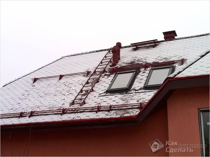Снегозадержатели и лестница на мансардной крыше