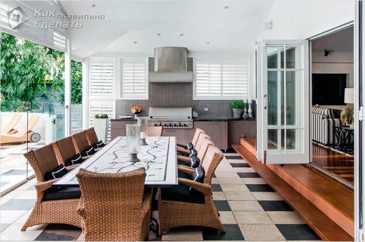 Летняя кухня с удобной мебелью