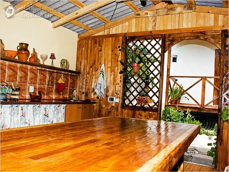 Обустройство деревянной летней кухни
