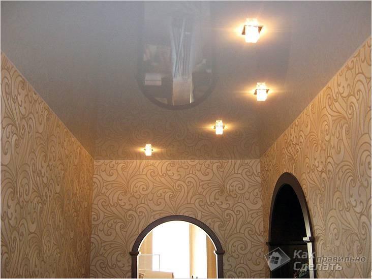 Устанавливают глянцевый натяжной потолок