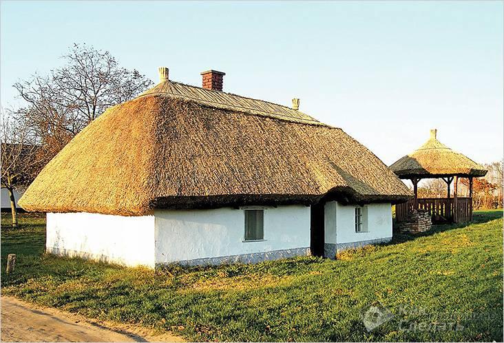 Старинный саманный дом до сих пор крепкий