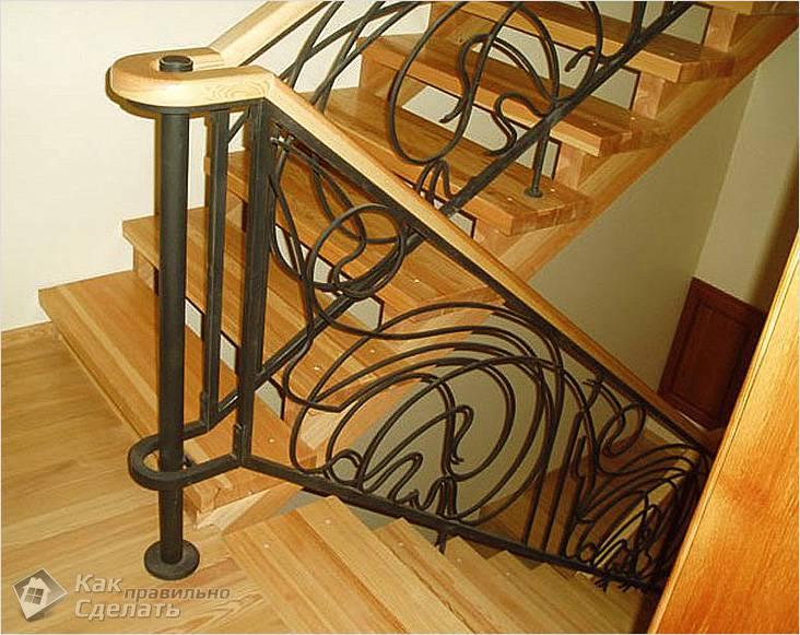 Металлическая конструкция на лестнице из дерева