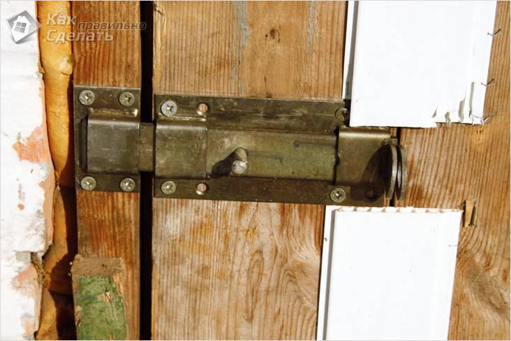 Задвижка на двери сарая