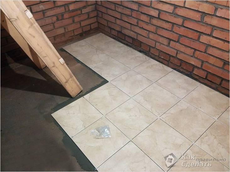 Облицовка плиткой пола в подвале