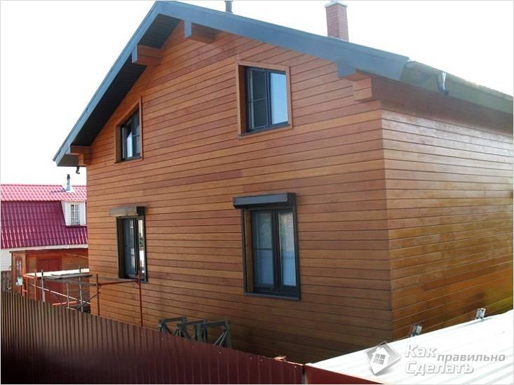 Отделанный планкеном фасад двухэтажного дома