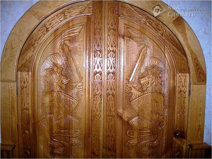 Резные двери в бане