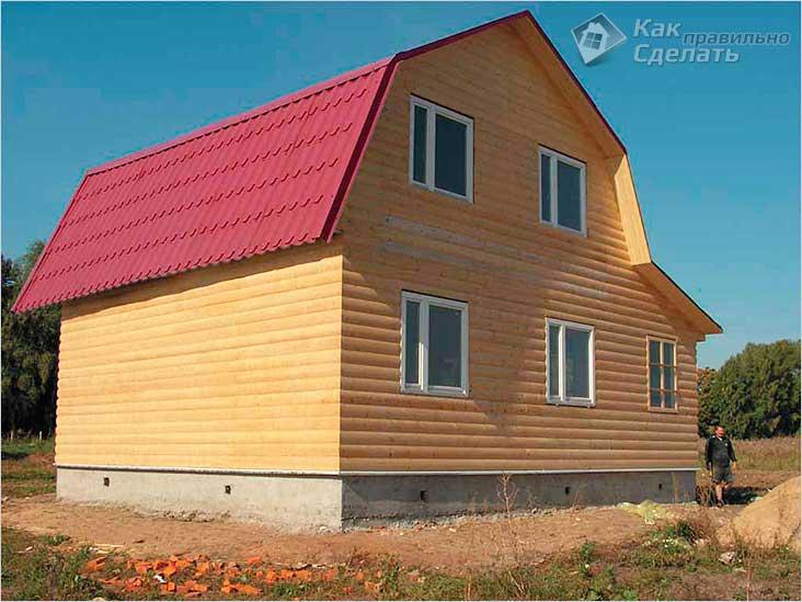 Ломаная крыша деревянного дома