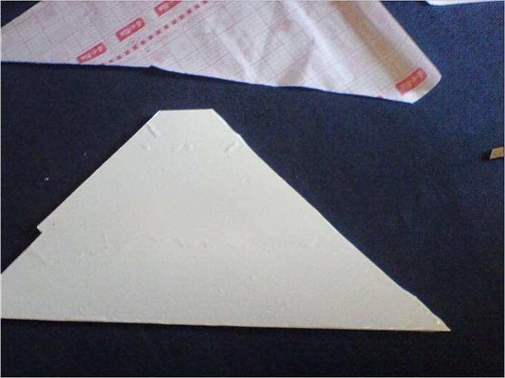 Вырезанную из фанеры угловую полку нужно обклеить самоклеющейся плёнкой
