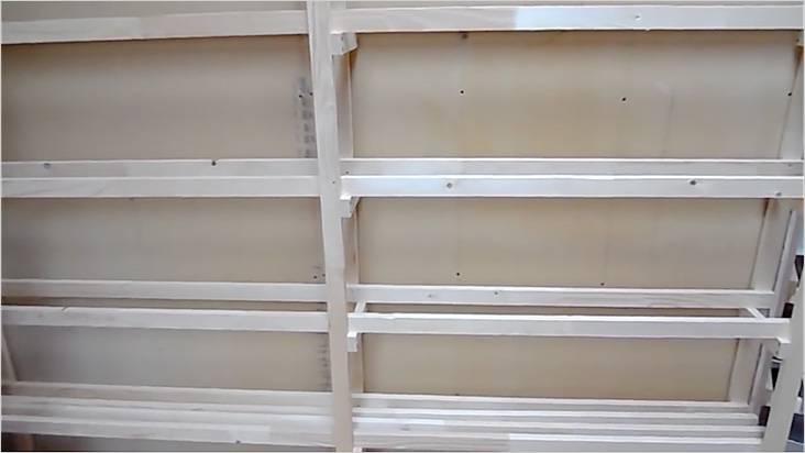 После прикручивания к стене, устанавливаем рейки полок