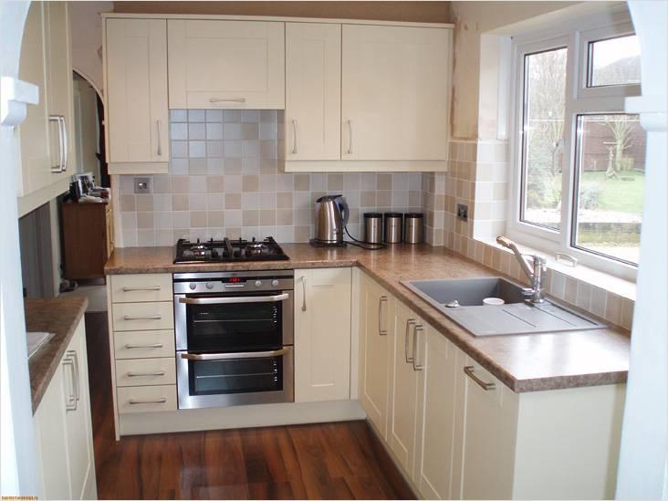 Кухонная мойка у окна позволит спланировать пространство более удобным образом
