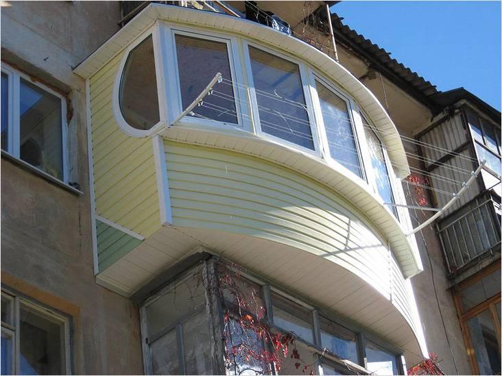Даже с помощью сайдинга можно облагородить балкон и сделать его красивым