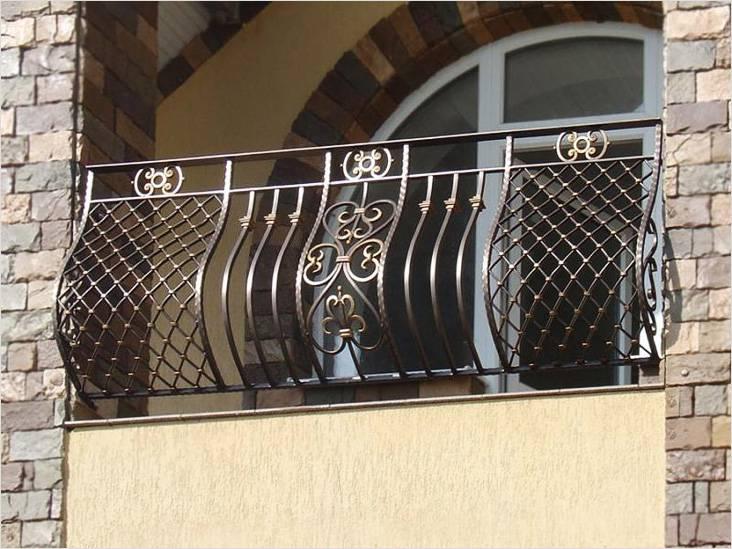 Кованые перила украсят балкон
