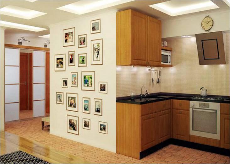 Здесь видно кухонную зону в квартире, переоборудованной в студию. На стене размещены семейные фотографии.