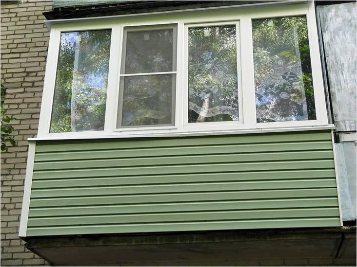 Сайдинг часто используют для отделки балкона снаружи