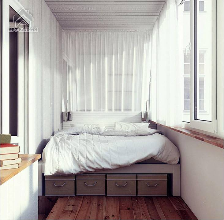 Под кроватью в спальне можно разместить корзины или ящики, где можно что-то хранить