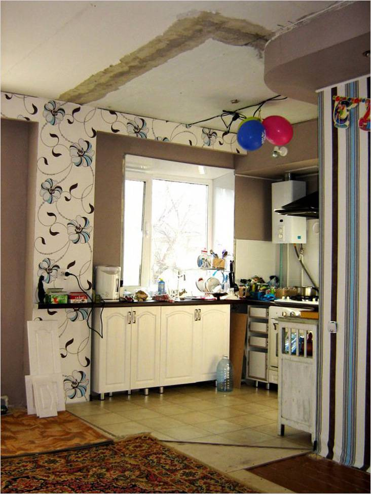 Процесс объединения кухни и гостиной. На потолке еще видны следы старой стены.