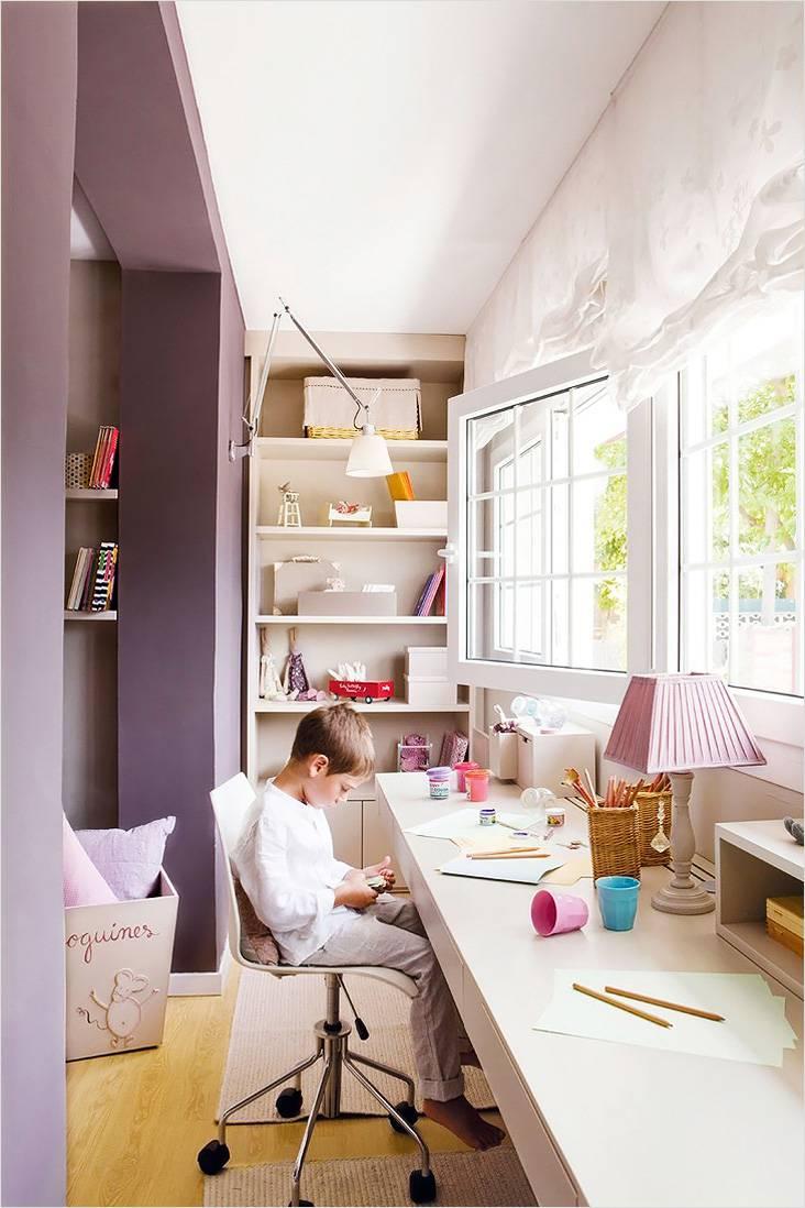 На балконе, примыкающем к детской комнате, можно организовать рабочую зону для ребенка