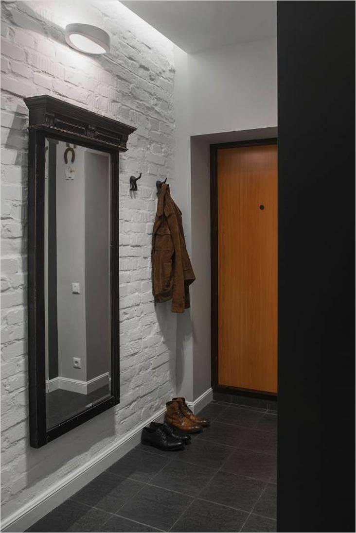 Иногда может выручить и обычная открытая вешалка. Большое зеркало на боковой стене расширит пространство узкого коридора