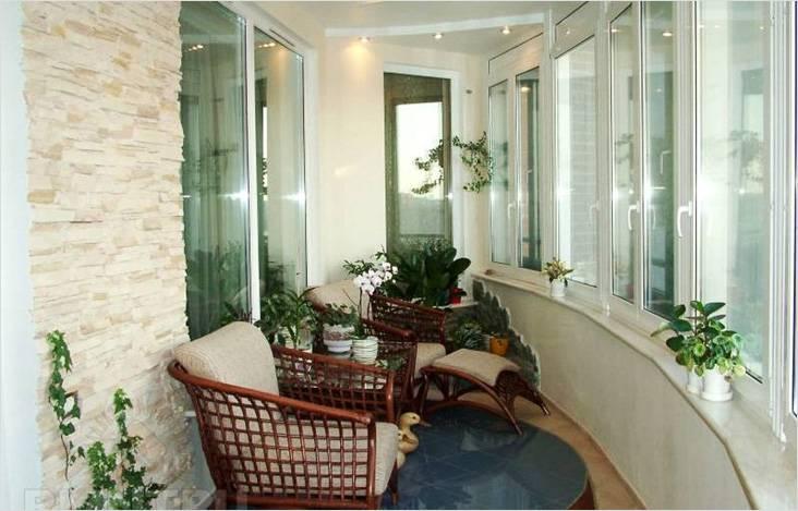 Воплощение классического стиля на балконе