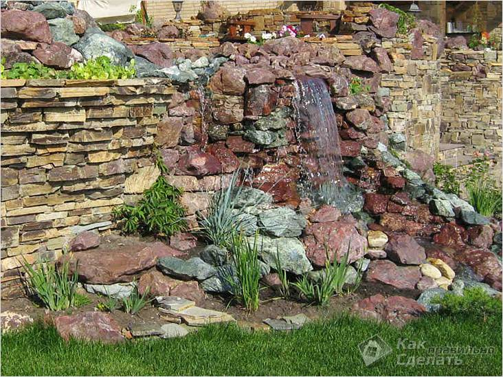 Водопад в камнях