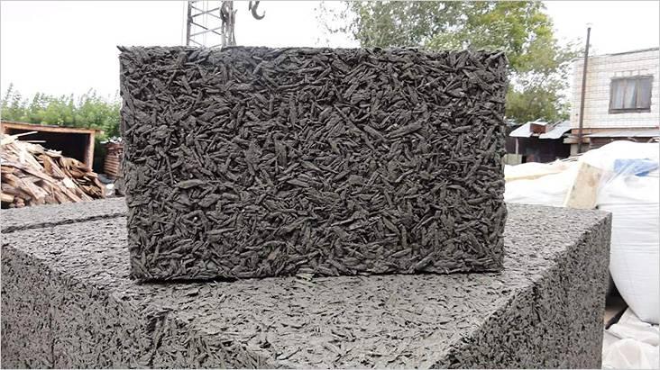 Арболит прочный и легкий, поэтому тоже часто используется в строительных работах