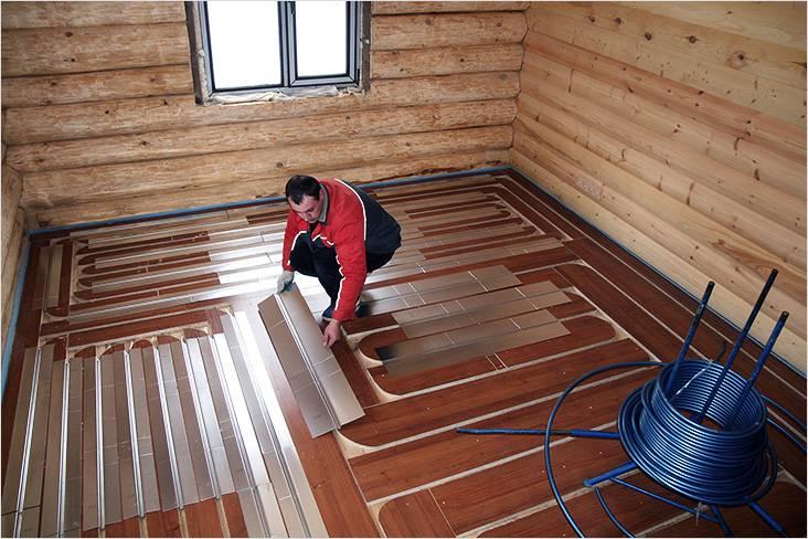 На деревянный пол укладываются алюминиевые пластины, которые являются направляющими для отопительного контура