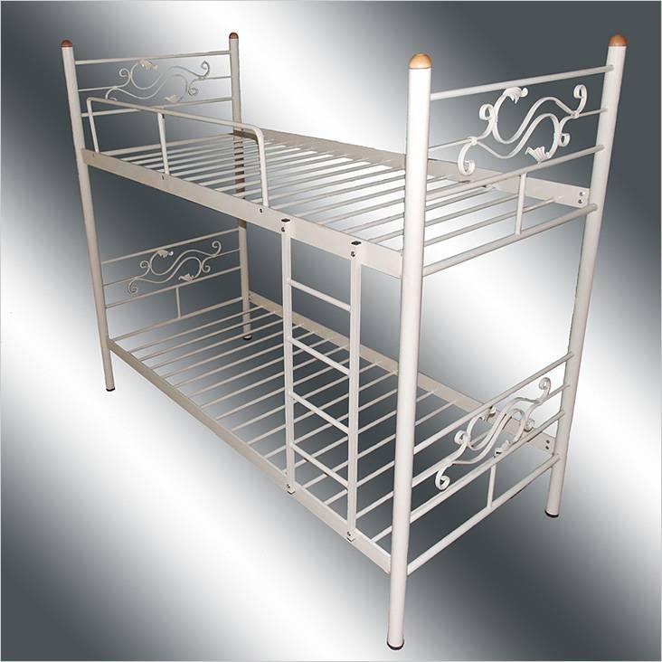 Металлическая кровать с декоративными элементами