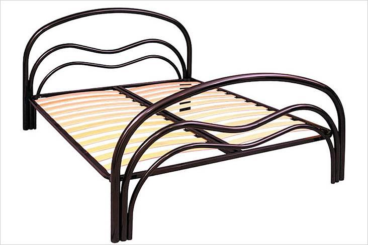 Двуспальная кровать со спинками из гнутых труб