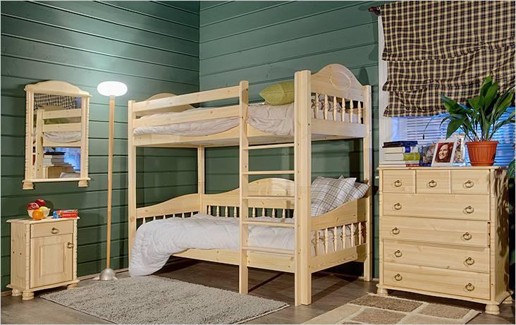 Деревянная двухъярусная кровать с такой же мебелью