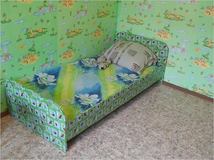 Детская кровать из дсп оклеена обоями