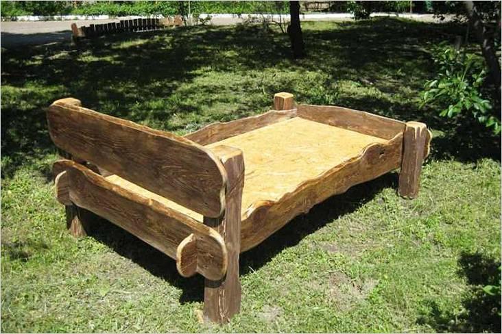 Для изготовления этой кровати использовано дикое необрезное дерево