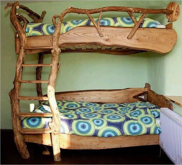 Двухъярусная кровать из дикого бревна