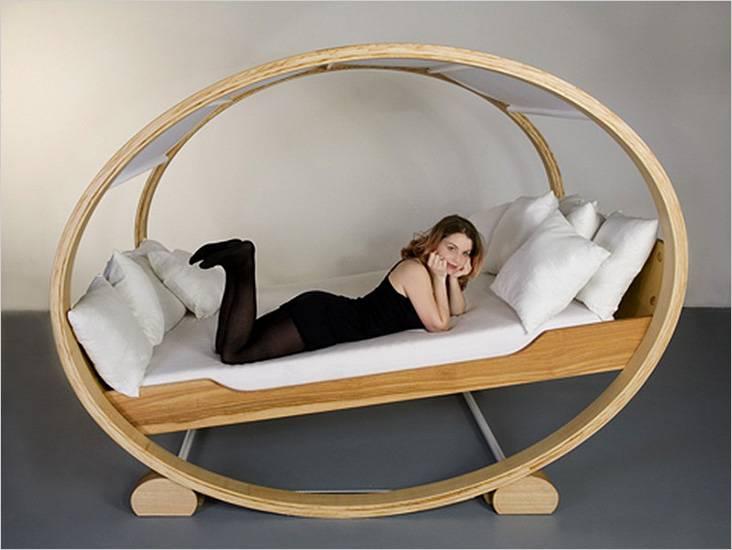 Двуспальная кровать в виде качели