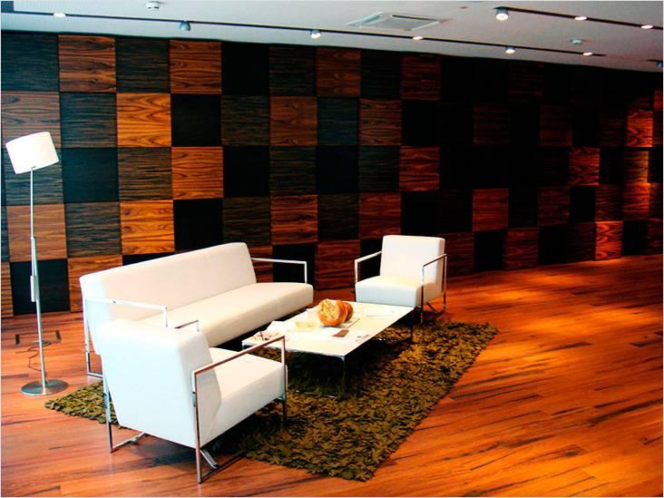 Использование декоративных деревянных панелей разных пород древесины, придает помещению изысканного вида