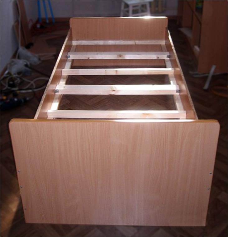 Кровать из ламинированной фанеры
