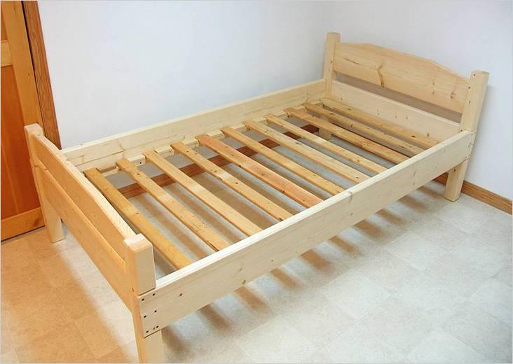 Простая деревянная кровать