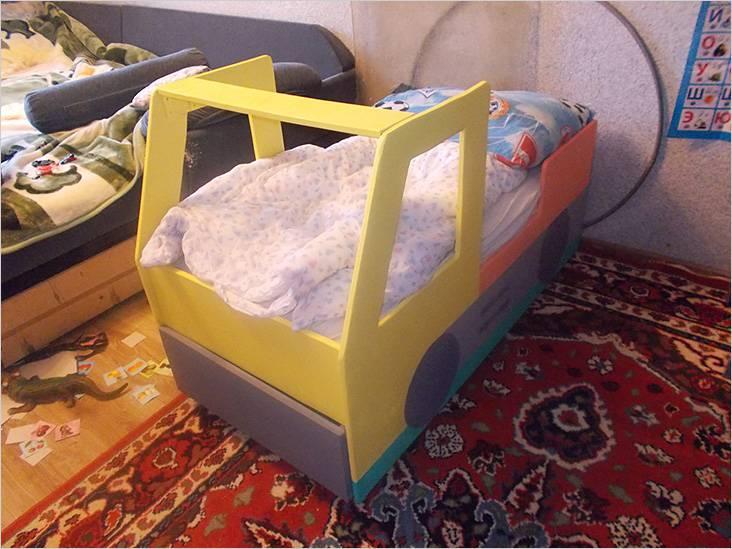 Упрощенный вариант детской кровати-машины
