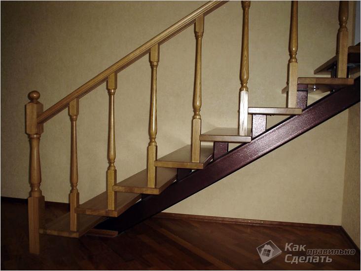 Деревянная лестница на основе профильной трубы